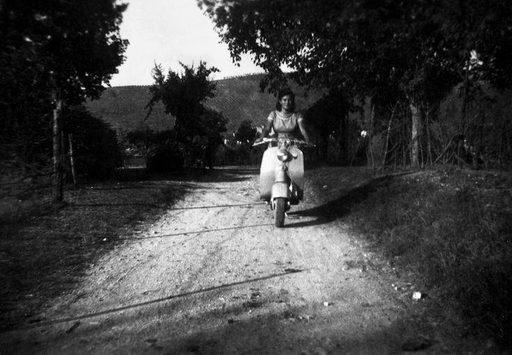Sciedi di Cascia, anni 50. Una strada di campagna in estate, sullo sfondo si scorgono le prime case del paese, una ragazza è in vespa. Più indietro c'è un giovane che la osserva da lontano, forse è il suo fidanzato, oppure un suo amico. La strada è ancora bianca, sarà asfaltata negli anni 80.