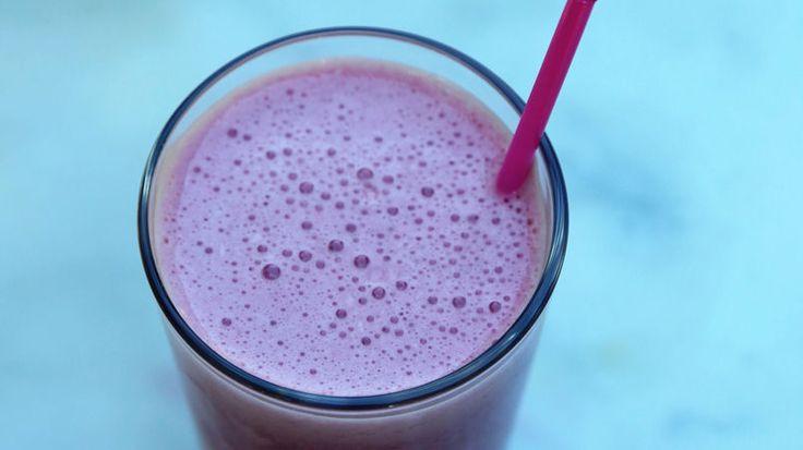 ¿Estás buscando el desayuno para llevar ideal? Bueno, nuestro smoothie de arándanos y yogur Yoplait™ de fresa puede prepararse en menos de 10 minutos. El yogur Yoplait™ de fresa, mezclado con jugo agridulce de arándanos crea un smoothie vibrante y energético.