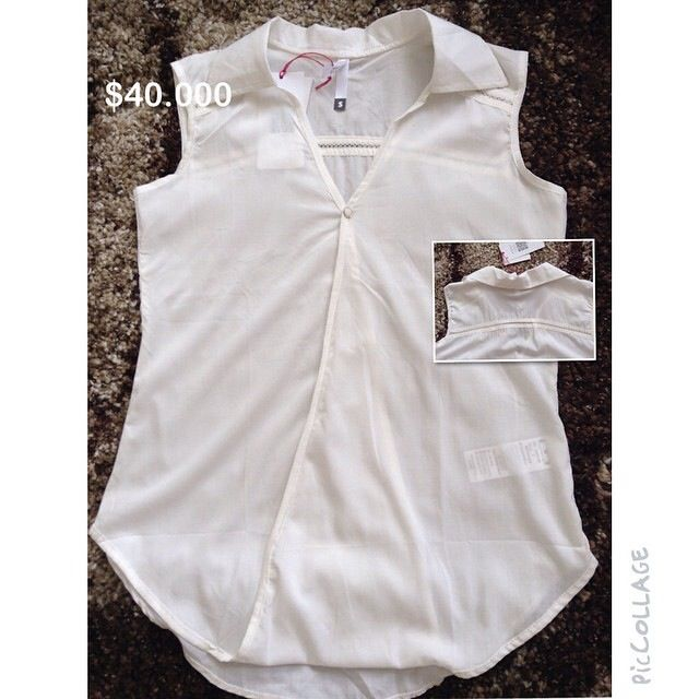 Blusa manga sisa cruzada con detalle y abertura delantera. Color beige. Talla S. $40.000