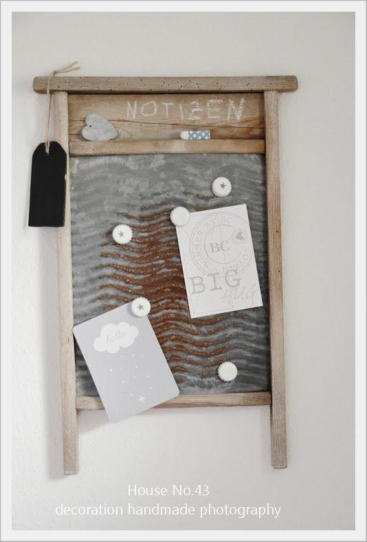 altes Wäschbrett als Magnet Pinnwand mit DIY Magneten aus Kronkorken http://houseno43.blogspot.de/2013/08/die-andere-pinnwand-mit-diy-magneten.html