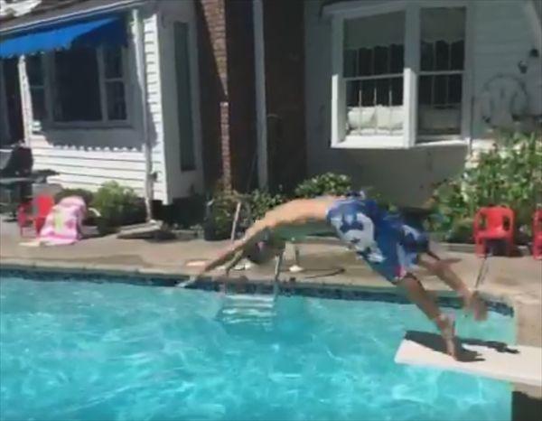 プールに飛び込む子供を手で掴んだと思ったら…? - http://naniomo.com/archives/6053