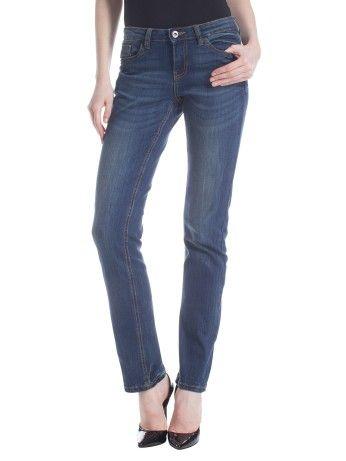 I jeans a sigaretta sono i migliori, se usi un po' di tacco puoi scegliere anche i boot cut. L'ideale è che il jeans scenda dritto senza fare pieghe anti-estetiche. La vita alta aiuterà a evitare l'effetto rotolino sui fianchi mentre le tasche posteriori dovranno essere centrate e non andare oltre la linea del gluteo.  Sigarette pants are the best, you can try boot-cut types with heels.they need to fall straight without wrinkles. Back pockets must be centered and not lower than your bottom…