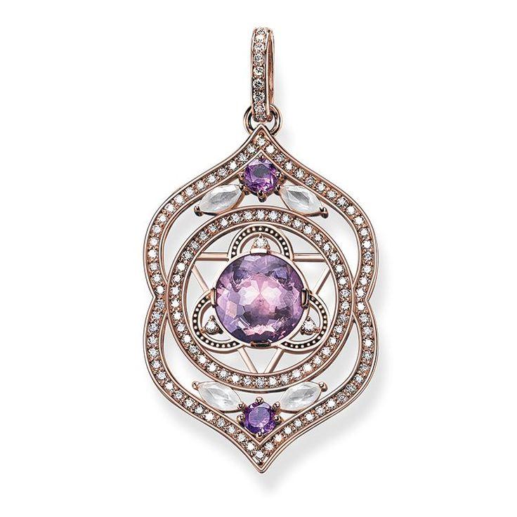 THOMAS SABO-hängsmycke från kollektionen Fine Jewellery. Ajna, tredje ögat-chakrat, är en symbol för intuition och uppfattningsförmåga. Hängsmycket är tillverkat av 18k roséguld med ametist, mjölkkvarts och vita diamanter. [Artikeltabelle]Kategori:Hängsmycke Motiv:Tredje ögat-chakra Material:18k roséguld Stenar:vit diamant (0,63 ct), ametist, mjölkkvarts Lås:med ögla Mått:storlek ca 3,7 cm (1,44 tum) Artikelnummer:J_PE0007-718-13[/Artikeltabelle]