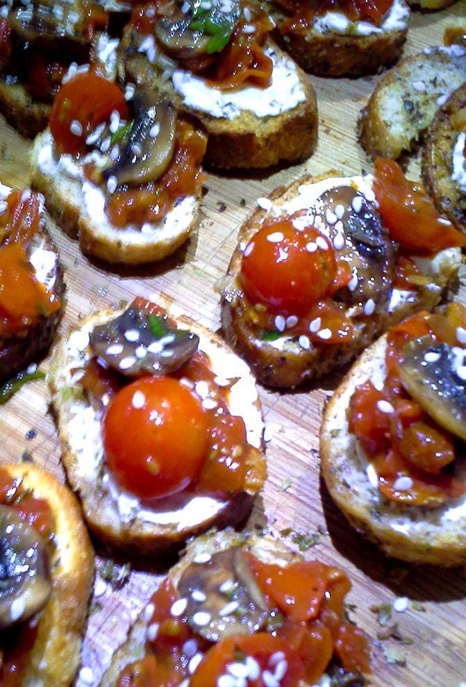 Crostini Tomate Cherry, Albahaca y Champiñones salteados