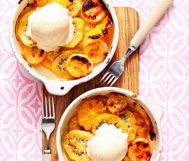 Läcker dessert med färsk frukt som gratinerats i ugnen under ett täcke vit choklad. Vill du variera dig eller göra den här rätten mjölkfri kan du byta ut den vita chokladen mot mörk mjölkfri eller mot marshmallows. Servera den varma efterrätten med en kula vaniljglass och middagsgästerna blir mer än nöjda!