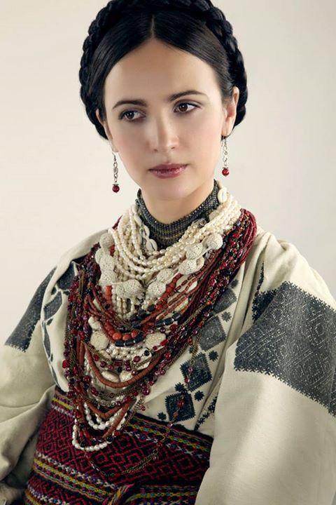 Ukrainian folk beauty.   Vía Ukraine