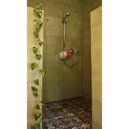 Mehrfarbige VIA Zementmosaikplatte Im Jugendstil. Florale Elemente Und  Zarte Farbtöne Lassen Ein Auffallend Geometrisches Muster Entstehen.