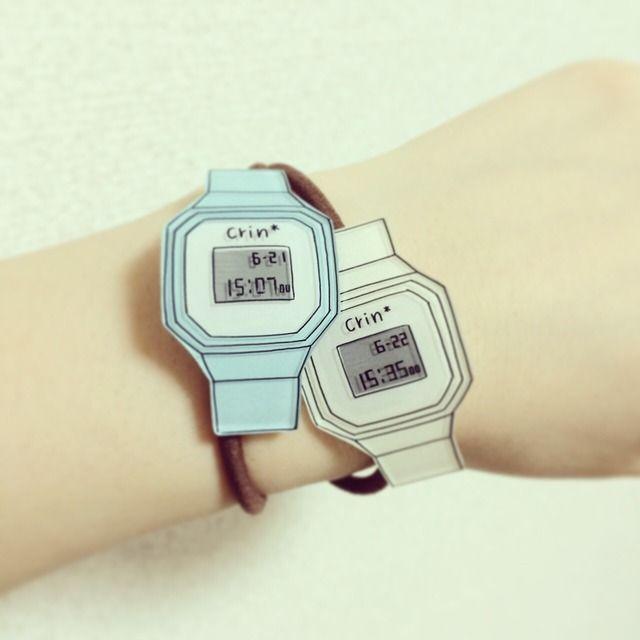 プラバン(プラ板)のヘアゴムです腕時計をヘアゴムにしちゃいました!デジタルのボーイッシュなものとアナログのクラシカルなものがありますヘアアレンジにはもちろん、腕につけてもかわいいですプラバンの部分は少し曲げてあるのでつけ心地もいいです!ヘアゴムパーツはレジンで固めてありますのでしっかりと固定されています受注販売のみ 時間はお好きな数字に変更できます希望がある場合は備考欄にてお知らせくださいー...