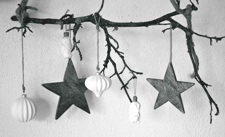 Weihnachtliche Kugeln und Anhänger sehen auch wunderschön an einem Ast im Fenster aus. Fürs Foto entstand das weihnachtliche Mobile jetzt aber vor der guten alten Raufaser. Die schönsten Äste gibt ...