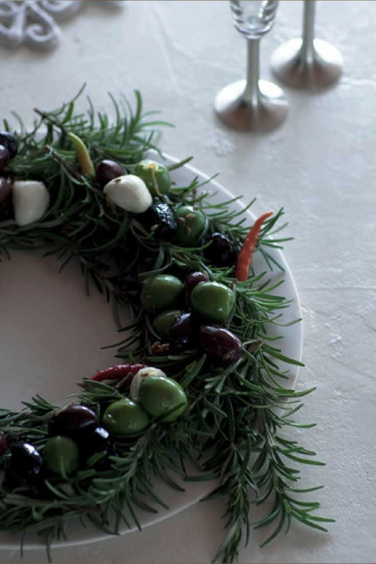 X'mas Wreath with Marinated Olive and Mozzarella  http://gqjapan.jp/special/xmas2013/foods/recipe01.html