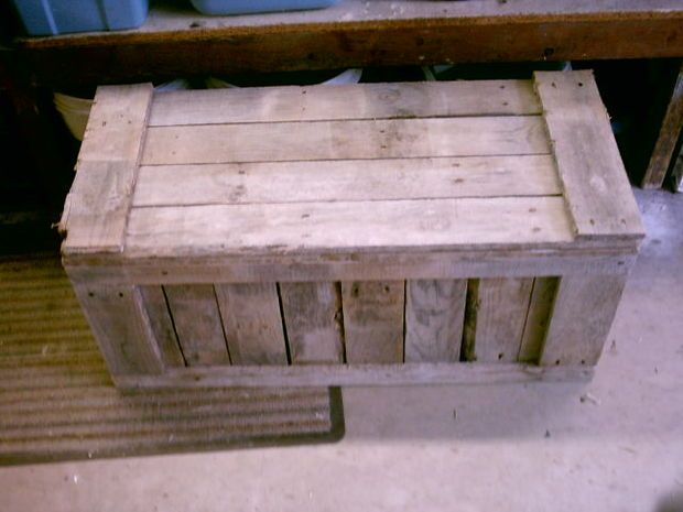 Pallet Trunk (maybe I could build this into the bottom of my future potter's table made from pallets... (MB)
