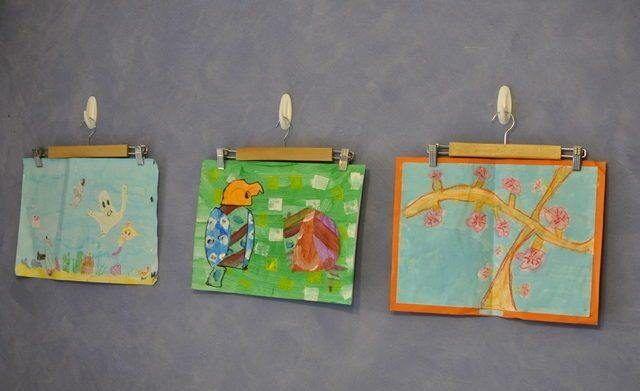 С помощью крючков и небольших вешалок для брюк можно аккуратно повесить детские рисунки на стену. Никаких гвоздей не нужно.