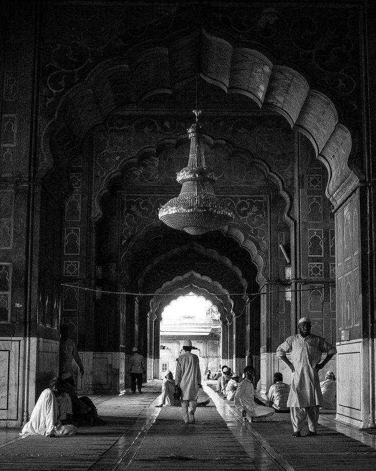 Moment de mon dernier voyage #jamamasjid qui ce trouve à être la plus grande mosqué de #delhi. C'est vraiment quelque chose à visiter! #travel #adventure #india #bw #mosque