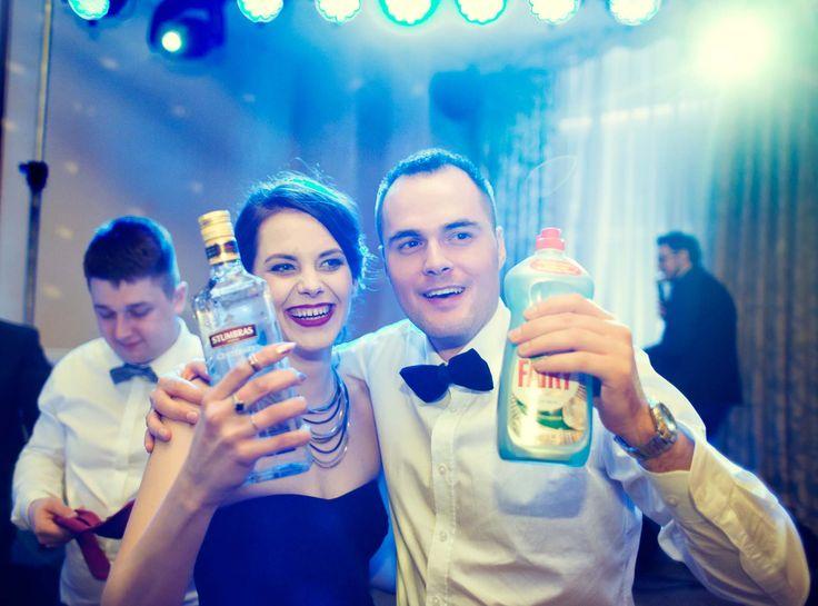 Zwycięstwo w weselnych zabawach oczpinowych na pewno zaowocuje nagrodą. Czasem nie koniecznie wysoko procentową :) ślub, zabawa, wesele, fotgrafia ślubna    www.soft-light.pl