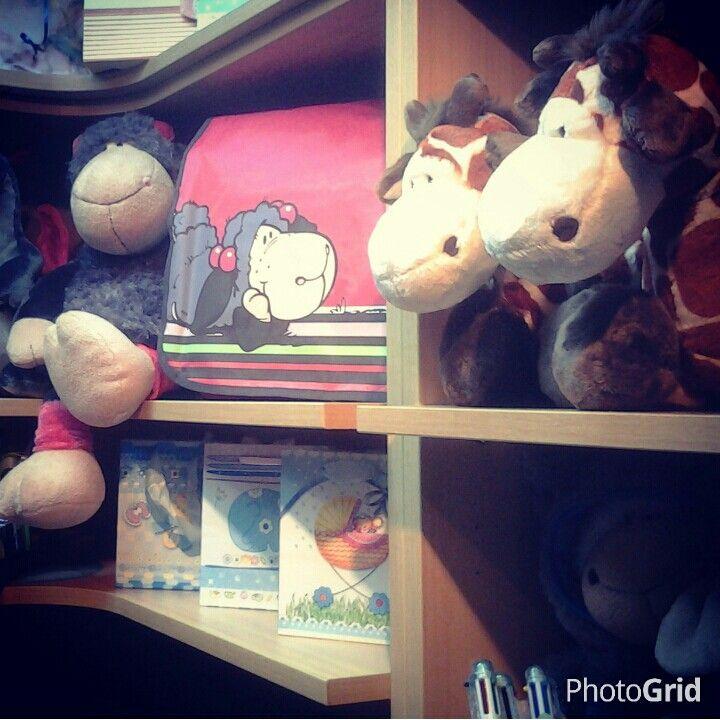 Un mundo de amigos en Pekuchi #nici #tiendaDeRegalo #regalos #peluches #jollyLucy #jirafa #obsequio #detalles #pekuchitienda #sanDiego #finDeSiglo