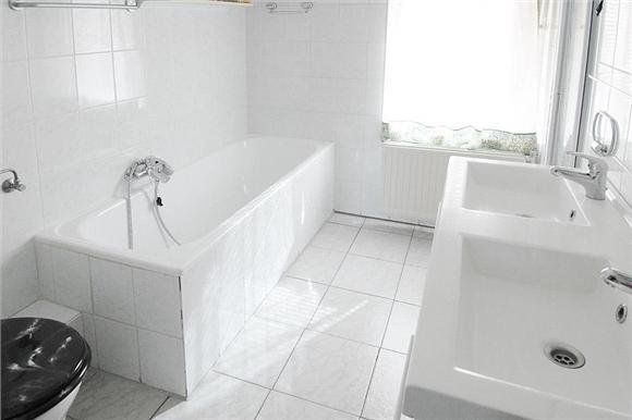 1e verdieping: overloop, 3 ruime slaapkamers, waarvan 1 met balkon, badkamer met ligbad, douchecabine, dubbele wastafel en 2e toilet