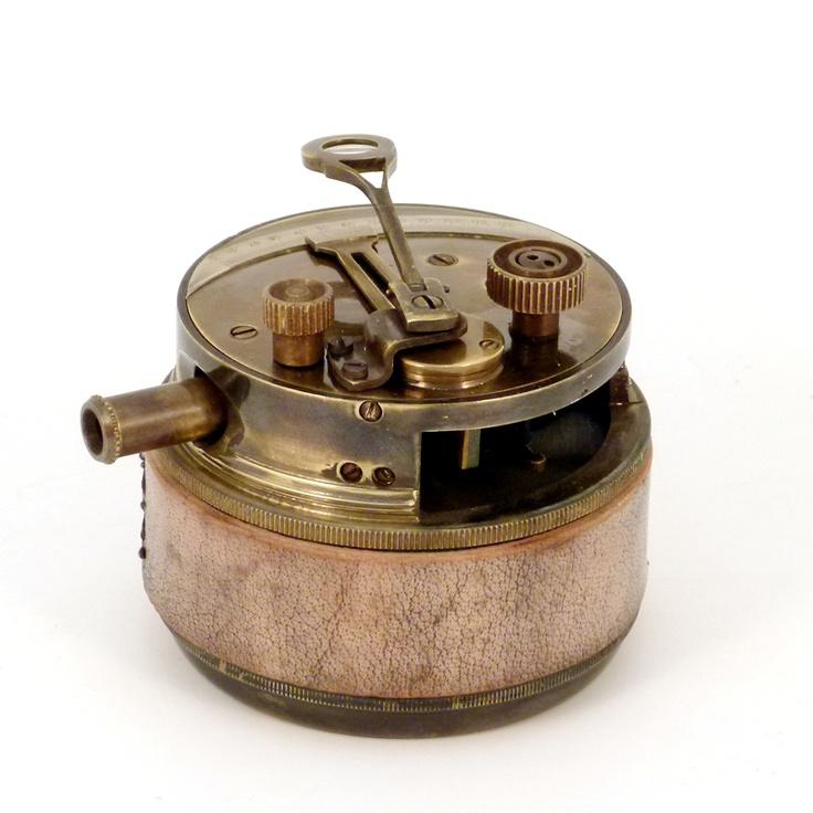 Un curioso sextante de bolsillo, el sextante sirve para medir ángulos entre dos objetos como dos lugares de una costa o un astro, normalmente el Sol y el horizonte. Durante mucho tiempo se utilizo en la navegación marina y aérea. El sextante reemplazó al astrolabio al ser mas preciso y en los últimos tiempos fue destronado a su vez por los satélites.  También incorpora un telescopio extraible.