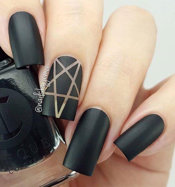 Mate uñas negras con un detalle dorado.  Si te gusta el mate y un diseño sutil, entonces este esmalte de uñas es simplemente perfecto para usted.