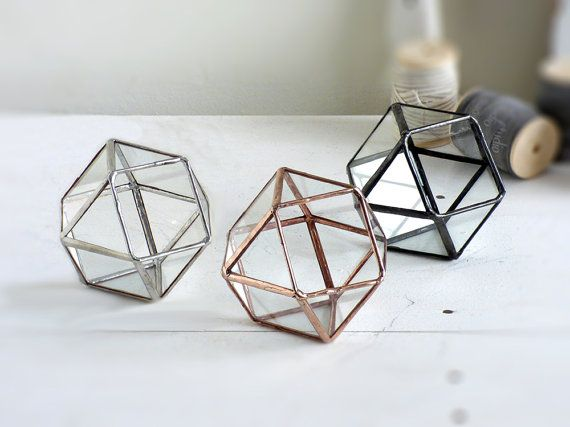 Trouwring vak. Een Mini kuboctaëder Volglas Terrarium, gebruik als een Planter, juwelendoos, Ring aan toonder vak of de houder van een trouwring. Personaliseren uw item, het toevoegen van aangepaste glazen etsen! https://www.etsy.com/listing/525473207/ Elk van mijn objecten is 100% handgemaakt, zorgvuldig voor u handgemaakt. Elk stuk is precies knippen, verijdeld en hardere gesoldeerd. Ik de afwerking kleur geselecteerd door u wordt toegepast en tot slot ik wax &amp...