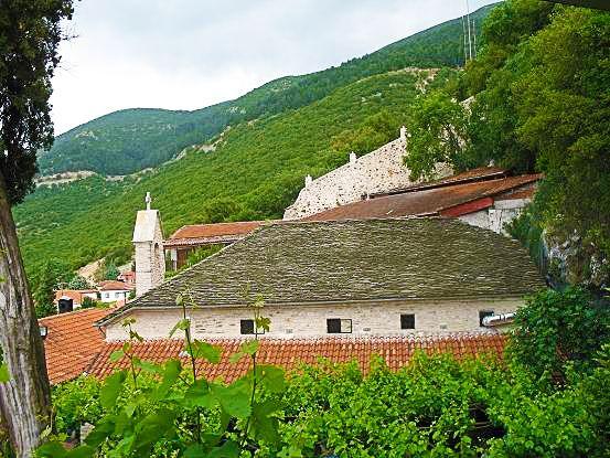 Η πόλη των Ιωαννίνων είναι γεμάτη με μύθους και θρύλους! Για παράδειγμα, η Μονή Παναγίας στη Δουραχάνη. Ο θρύλος αναφέρει ως χαρακτηριστική χρονολογία το 1434, όταν ο Ντουραχάν πασάς, Μπεϊλέρμπεης της Ρούμελης, διέσχισε μαζί με το στρατό του την παγωμένη Παμβώτιδα, που ήταν καλυμμένη με χιόνι, πιστεύοντας ότι προχωρά σε στεριά. Ως δείγμα ευγνωμοσύνης για τη σωτηρία του λέγεται ότι έχτισε τη Μονή της Παναγίας Ντουραχάνη.