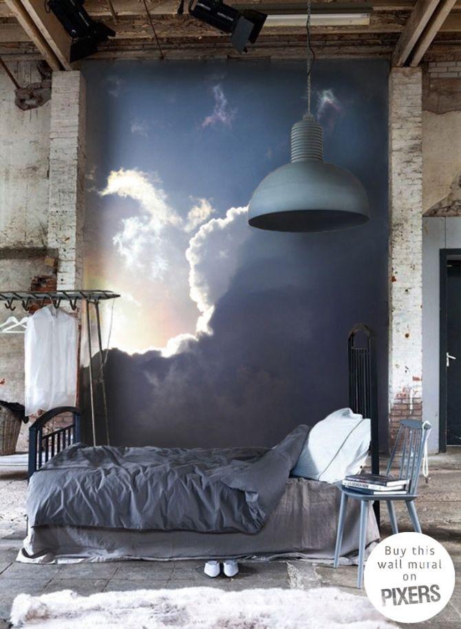 Chambre à la décoration industrielle, linge de lit en lin, suspension industrielle, papier peint nuage en arrière plan, ambiance dans les tons bleus