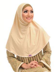 Zaria m Ashira    Bergo sederhana tanpa motif berhias renda mini ini dijual menyatu dengan bandana dalam warna kontras.    Note : 1 set dengan bandana  http://jilbabmodis.net/elzatta-hijab/zaria-m-ashira