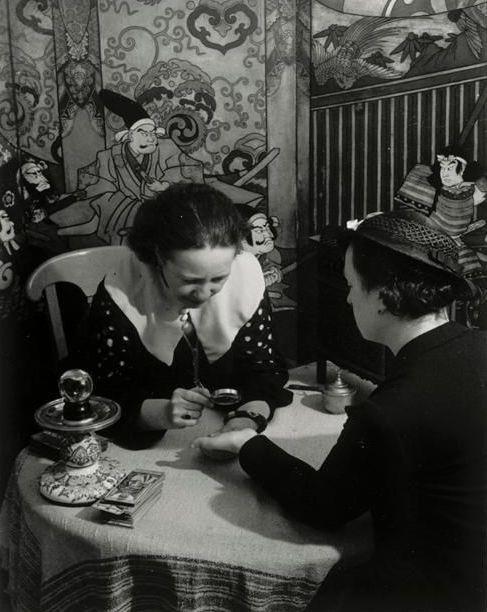 Brassaï - La voyante dans sa roulotte, boulevard Saint-Jacques, Paris, vers 1933.