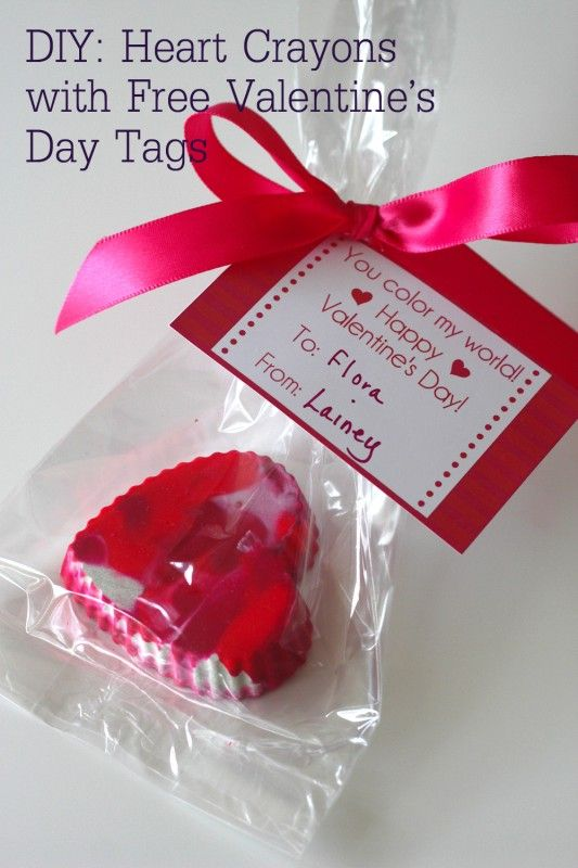 DIY Heart Crayons with free Valentine's Day tags! #valentinesday #diy