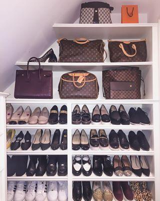 Los estantes en un armario inclinado son el modo perfecto de mostrar carteras. | 21 Armarios brillantemente organizados que te harán querer limpiar