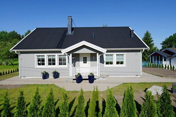 Lys grått hus
