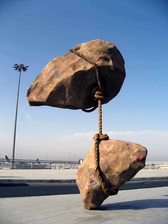 """""""Solo coloro che tentano l'assurdo raggiungeranno l'impossibile."""" Maurits Cornelis Escher  (Foto: Aeroporto de Il Cairo – Scultura di Smaban Abbas)"""