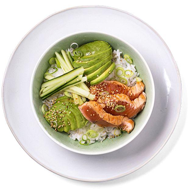 Sushi bowl er trendy, populært blant barna, supergodt og superenkelt! Fyll den med ris, grønnsaker og fisk. Oppskrift på sushi bowl.