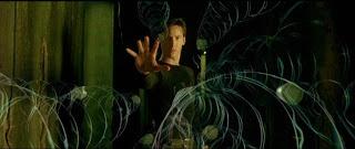 """Matrix: 1999'da gösterime girdiğinde yer yerinden oynamıştı resmen, tartışma programlarında bile """"bu matriks ne ola ki?"""" üzerine derin konuşmalar yapıldı. Var olan her şeyi farklı şekilde algılamamızı sağlayan ve kültleşen filmin yönetmen ve senaristi Wachowski kardeşler bu büyük ilgiye daha fazla dayanamayıp 2003'te Matrix Reloaded ve Matrix Revolutions ile seriyi sürdürdü. Fenomenleşen ilk film devam filmlerini sırtlasa da sinemasal başarının tüm seriye yayıldığını söyleyebilmek güç."""