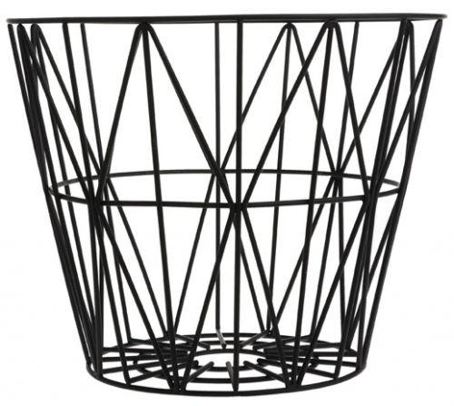 Trenger du en kurv til ved, tepper, puter, garn, magasiner, leker eller vasketøy? You name it -denne multifunksjonelle kurven er perfekt. Du kan også snu den opp ned og bruke den som en ekstra krakk eller sidebord. Eller hvis du ønsker å være veldig kreativ kan du bruke den som en lampeskjerm. Kurven er laget i jern og er pulverlakkert. Fra Ferm Living. Liten: 40 x 35 cm Medium: 50 x 40 cm Stor:60 x 45 cm