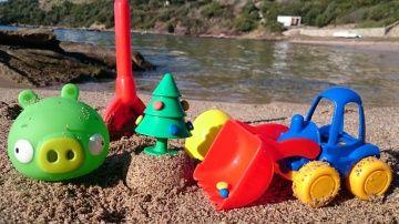новогоднее видео для детей про ёлку - игрушечный грейдер на пляже ищет сюрприз http://video-kid.com/10808-novogodnee-video-dlja-detei-pro-yolku-igrushechnyi-greider-na-pljazhe-ischet-syurpriz.html  Давайте поиграем! Маленькая зеленая хрюшка из Angry Birds снова готовит сюрприз игрушечному грейдеру экскаватору. Сегодня мы играем на пляже, и хрюшка прячет яйцо с ёлочкой прямо в песок! Посчитаем вместе сюрпризы (учимся считать). Игрушечная машинка будет откапывать и раскрывать яйца одно за…