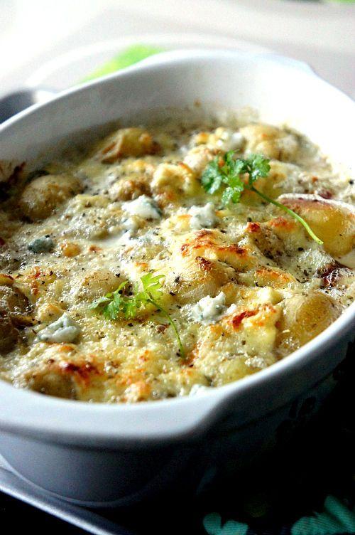 Tirée du «Sale e Peppe» du mois de novembre, cette délicieuse recette d'accompagnement saura ouvrir les papilles à un fromage italien peu connu en France, le Gorgonzola. A la saveur très typée, le gorgonzola offre une pâte persillée et très crémeuse, qui se lie à merveille dans les plats cuits au four … Pour cette recette, vous aurez besoin de petites pommes de terre nouvelles, plus elles seront petites, meilleur le résultat sera. A vos four, près … ? Ingrédients (4 personnes) : – 800 de…