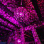 Ballroom Luminosoes una serie de seis candelabros diseñados por los artistas Joe O'Connell y Bendición Hancock. Hecha de acero estructural, LEDs personalizados y piezas recicladas de bicicleta, la serie forma seis globos deun metro de diámetro, instalados, actualmente, en San Antonio, Texas.Cada lámpara contiene un LED de diseño personalizado que proyecta sombras elaboradas, mismas que …