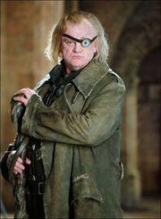 Professor Dolleman neemt harry mee naar binnen en dreigt hem te vermoorden. Dolleman is een vermomde dooddoener. Gelukkig komen perkamentus en professor Sneep op tijd binnen om dit te voorkomen.