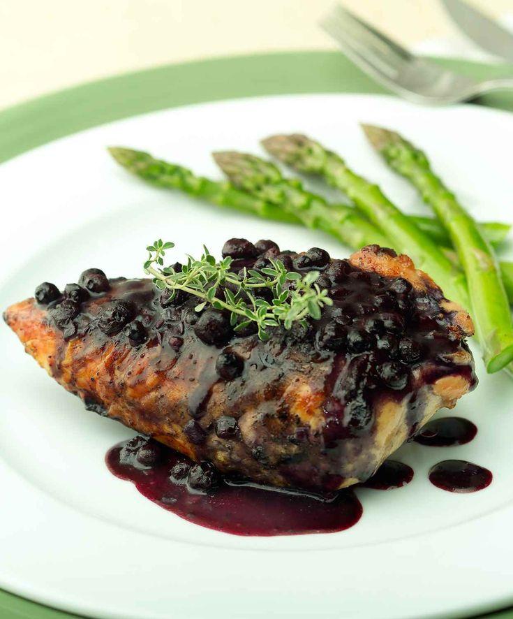 Même si on voit souvent ces ingrédients dans des desserts, les bleuets, le sirop d'érable et les pacanes vous aideront à créer une sauce versatile.   Le Poulet du Québec