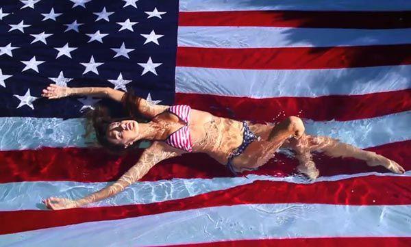Алессандра Амброзио в бассейне с американским флагом
