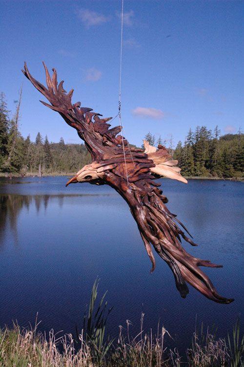 流木を形を変えずそのまま組み合わせて作られたらしい。本来そこで命を落とす筈であった流木に新たな命が吹き込まれ、堂々と空を駆けている。