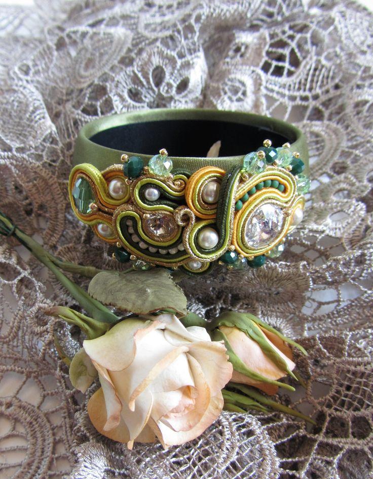 Bracciale rigido rivestito in raso verde olive con applicazione realizzata con tecnica soutache, con un rivoli swarovski da 18mm, perle swarovski e perline di precisione.