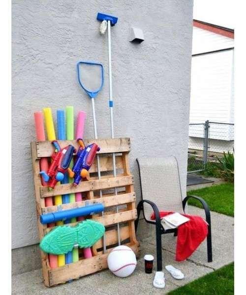 Rangement fait maison : une palette pour le matériel de piscine