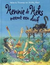 Hennie de Heks neemt een duik - Valerie Thomas: Hennie en haar kat gaan op vakantie. Ze bezemsteel-vliegen naar een tropisch eiland. Daar wemelt het van de vissen, dolfijnen en schildpadden.