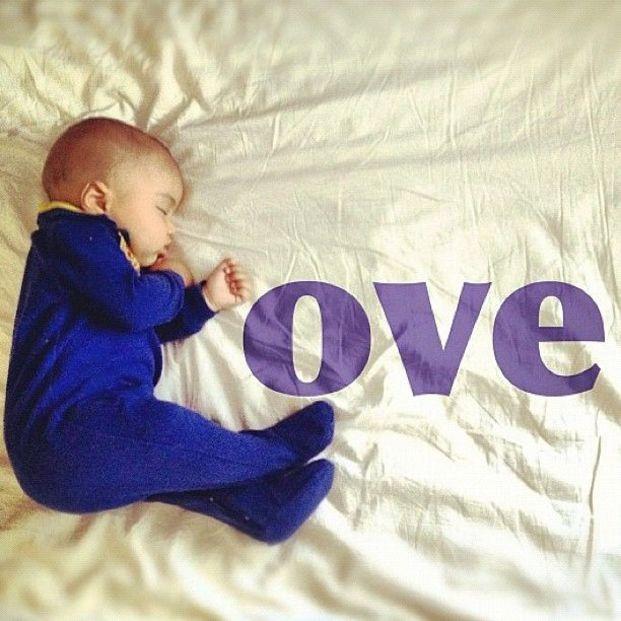 横向きに寝ている赤ちゃんを「L」の字に見立てて「LOVE」を表現しています。可愛らしい寝顔とアートがマッチした1枚ですね。