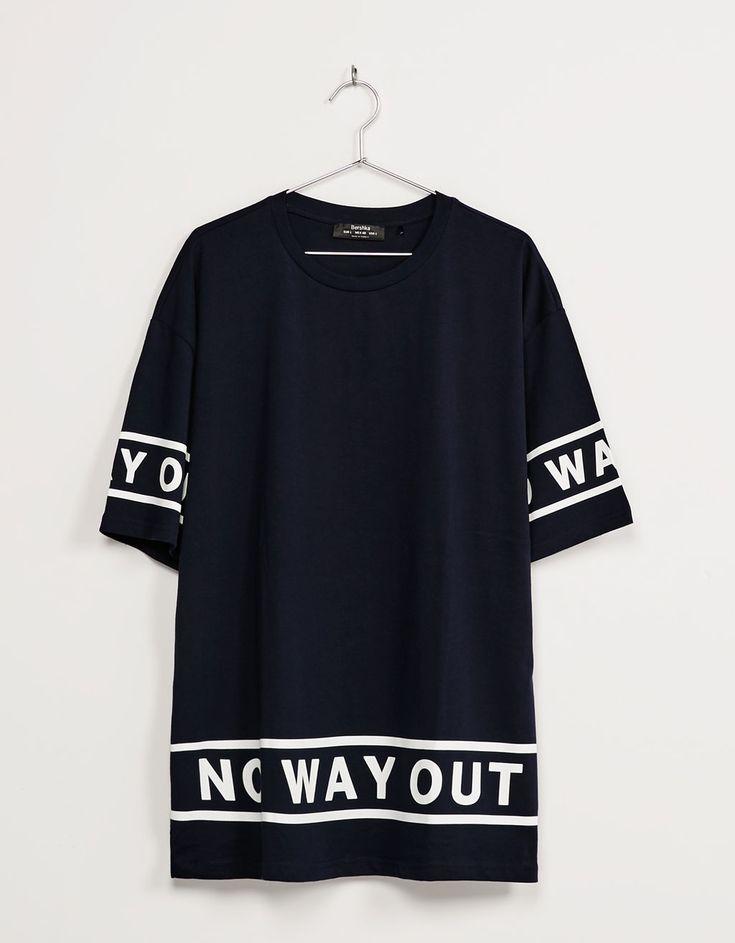 Camiseta estampada texto bajo y mangas. Descubre ésta y muchas otras prendas en…