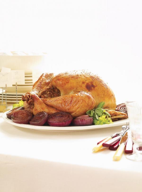Recette des fêtes de Ricardo: Dinde farcie et oignons rouges caramélisés. Pour une dinde bien juteuse, le saumurage est un incontournable. Recette pour 12.