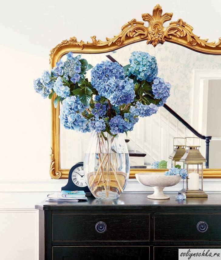 Букет из синей гортензии на фоне зеркала в золотой раме