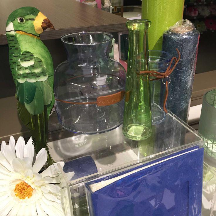 Pasen collectie 2016 - Fleur je interieur op met witte bloemen, glazen bokalen uit verschillende kleuren of denk eens aan een papegaai, voor dat extra exotisch tintje. #AvaPapierwaren #Ava #DIY #Lente #Pasen #Vrolijk #Kleur