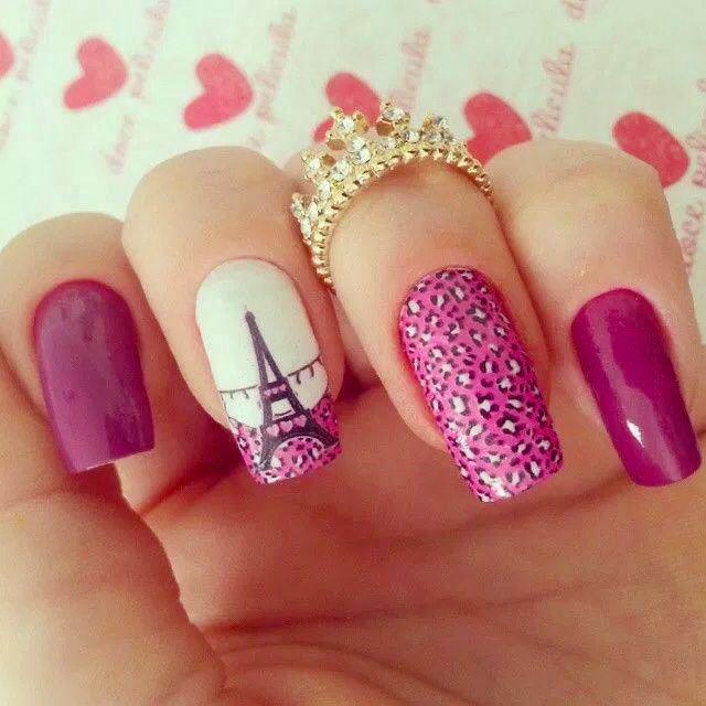 Estilo de uñas parisino en color rosa con animal print y dibujo de la torre…